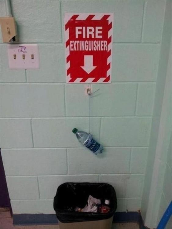 botella con agua como extintor pegado en la pared