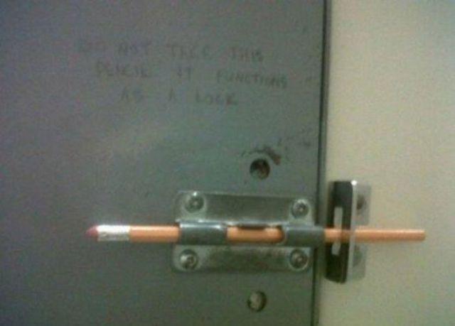 lápiz como cerrojo de una puerta