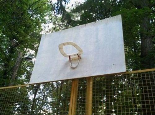 tapa de inodoro como canasta de baloncesto