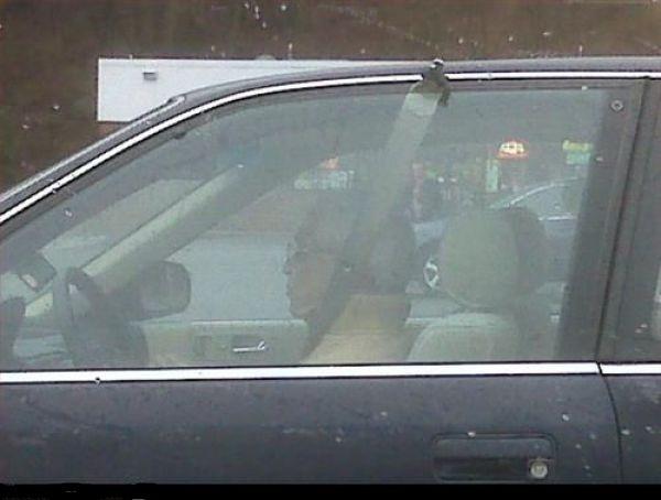 hombre en su coche con un cinturón de seguridad