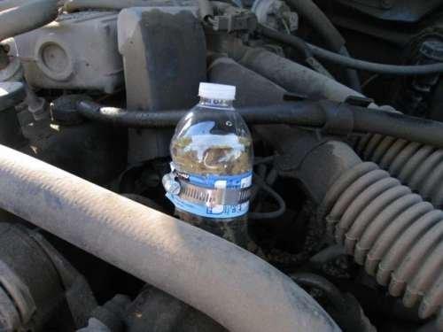 refacciones de motor con botellas de plástico