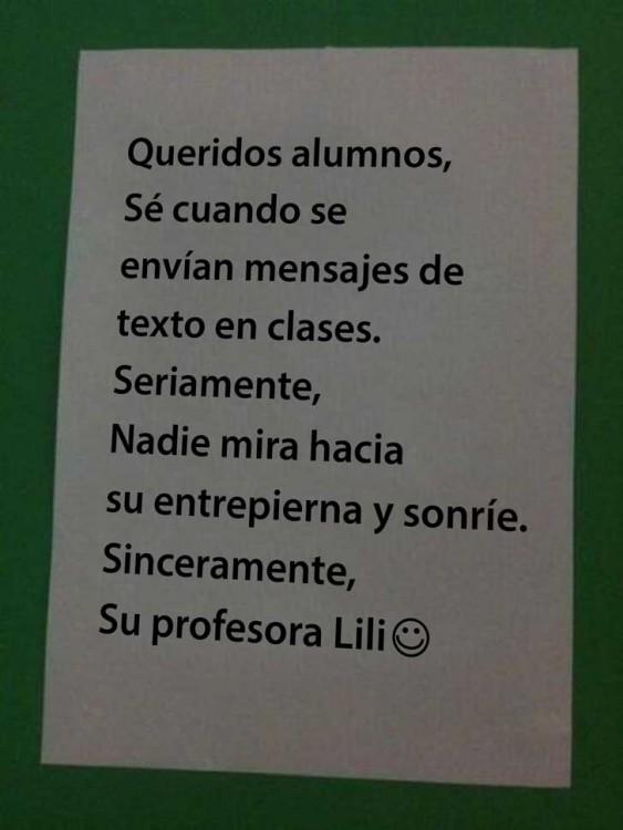 maestra publica poster diciendo que ya sabe que se mensajean en su clase