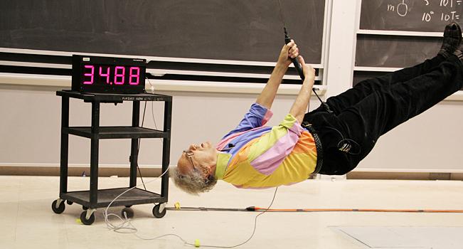 maestro de fisica demuestra sus enseñanzas llevandolas a cabo