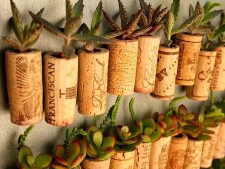 Mini jardín hecho con corchos de vino