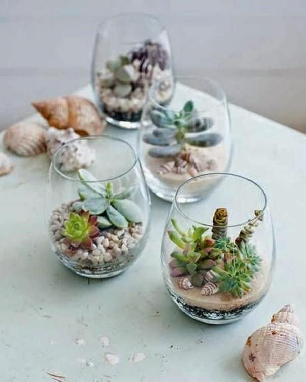 Mini jardín dentro copas de vino