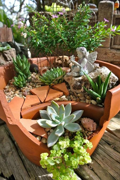Mini jardín hecho dentro de una maceta rota