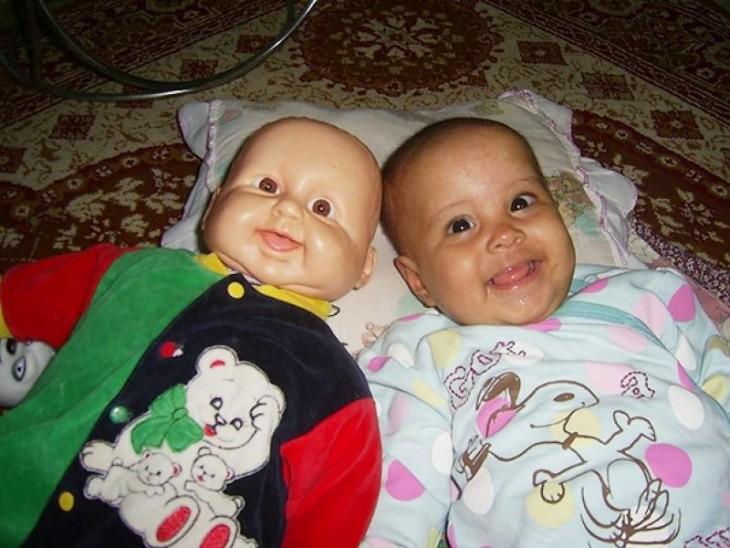 Niña que se parece mucho a su muñeca