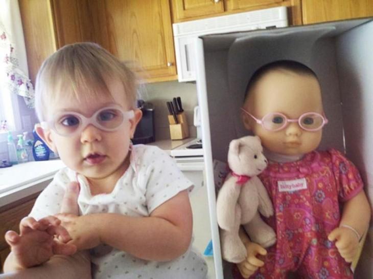 Niña junto a su muñeca dentro de una caja