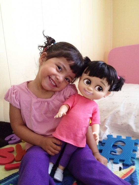 niña disfrazada y vestida igual que su muñeca Boo de Monsters Inc