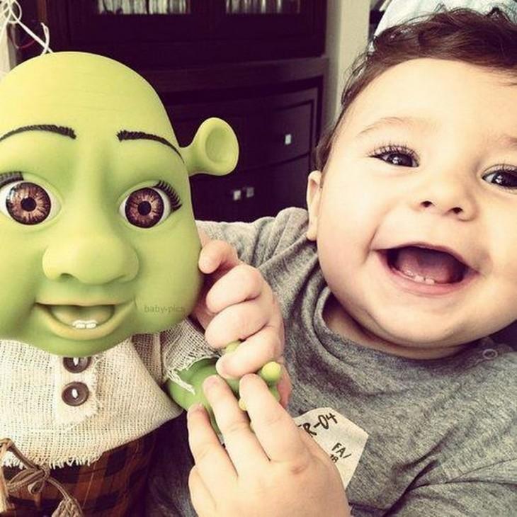 un niño con su muñeco de Shrek