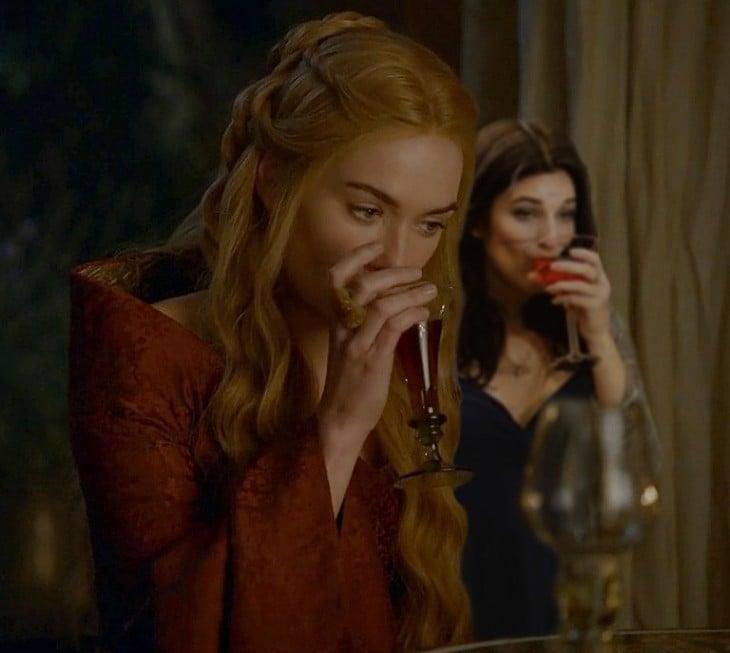 Escena de Game Of Thrones de dos chicas bebiendo de una copa