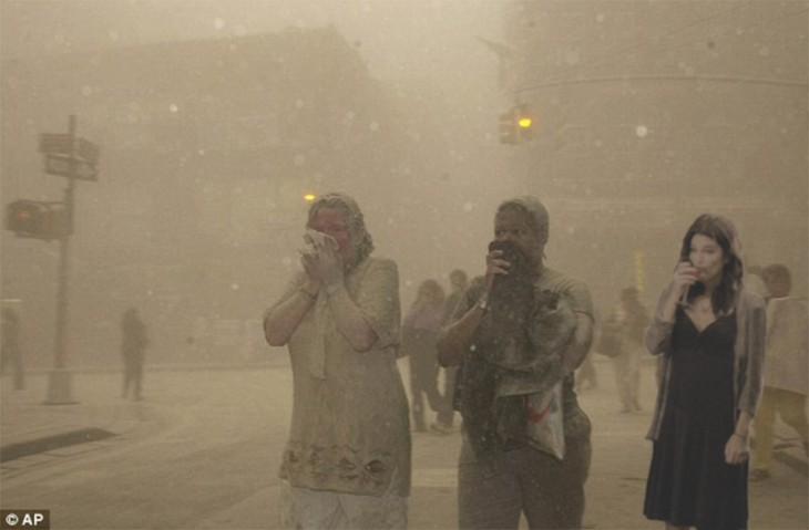 World Trade Center con dos mujeres tapándose la nariz y una chica tomando algo en una copa