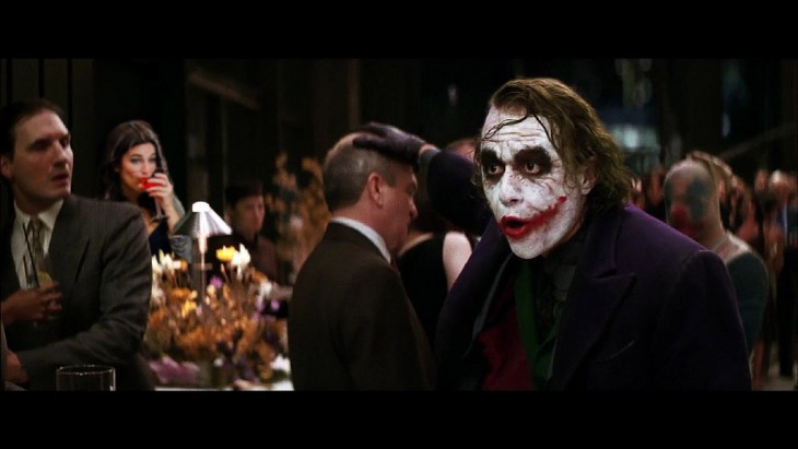 mujer con un martini en una escena de la película Batman