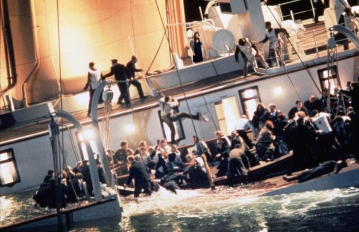 Escena del Titanic con una mujer de vestido azul bebiendo en una copa