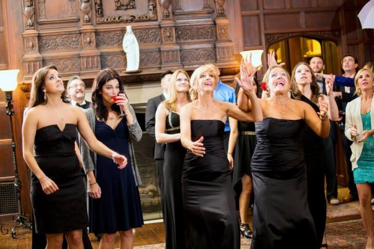 Mujeres esperando a que se aviente el ramo en una boda
