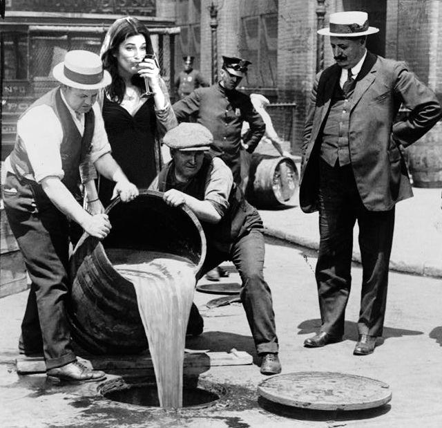 imagen de ley seca de 1920 con una mujer photoshopeada bebiendo martini