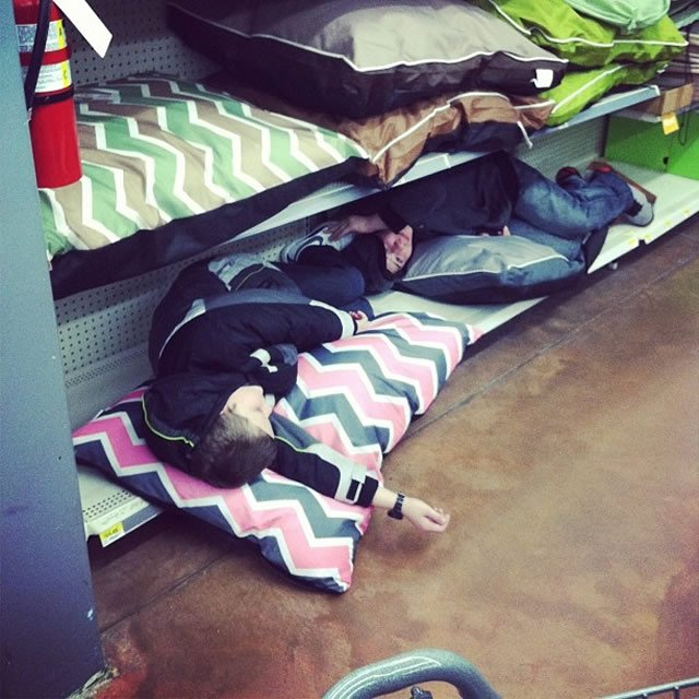 Niños acostados en unas colchonetas en el centro comercial
