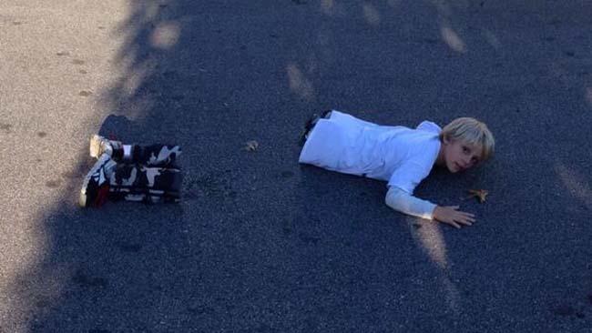 Fotografía panorámica que salio terriblemente mal donde un niño no tiene la mitad de su cuerpo