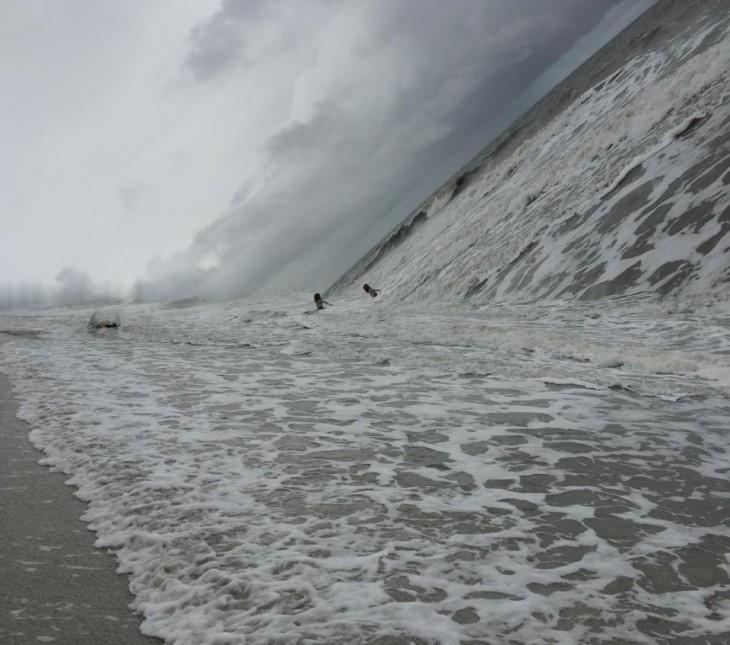 Fotografía panorámica que salio mal donde simula que el mar cae encima de dos personas