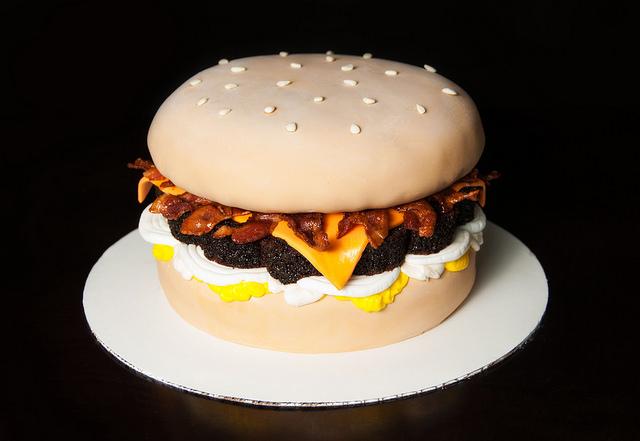 Pastel creativo en forma de hamburguesa