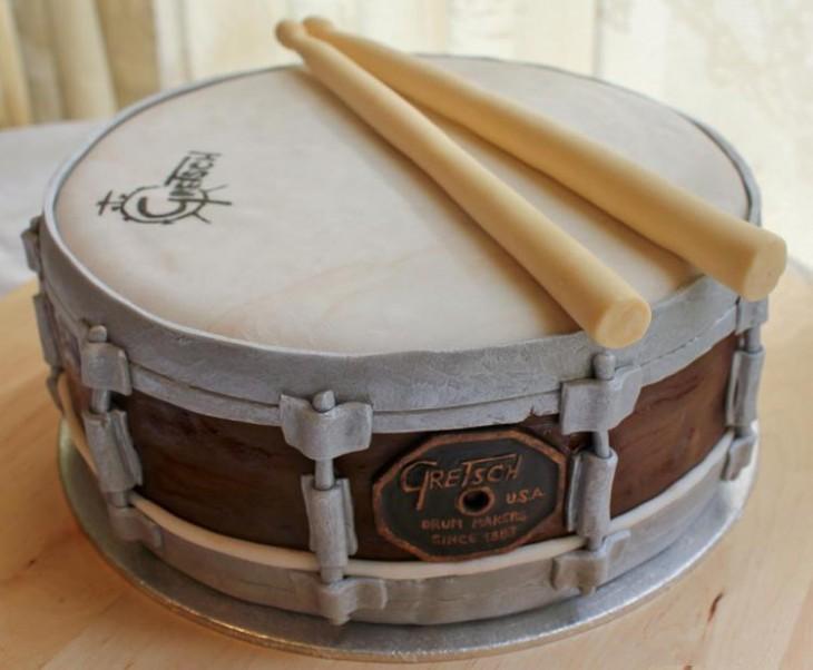Pastel creativo en forma de batería