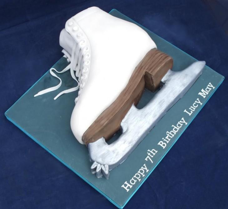 Pastel creativo en forma de patín para hielo