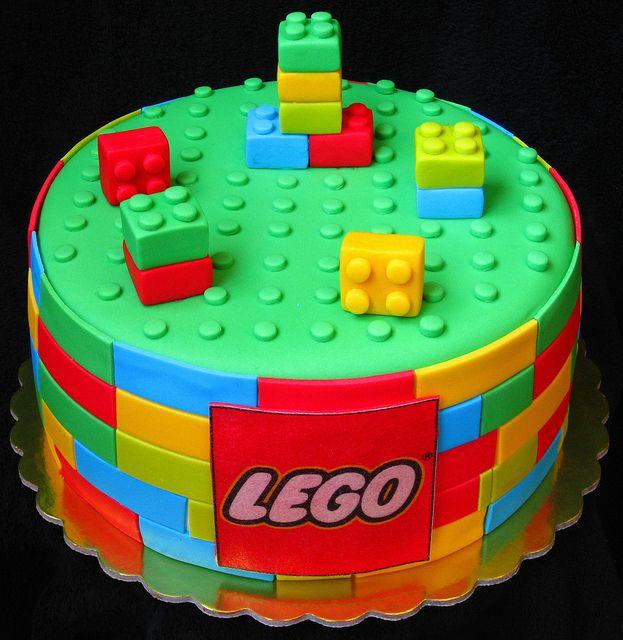 Pastel creativo en forma de figuras de Lego