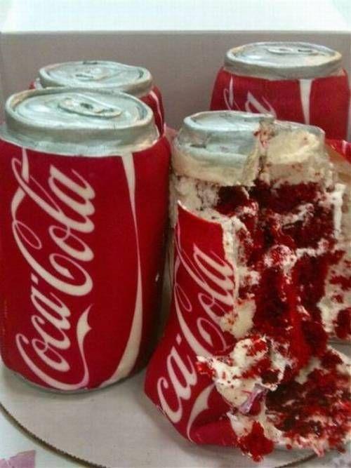 Pastel creativo en forma de latas de Coca Cola