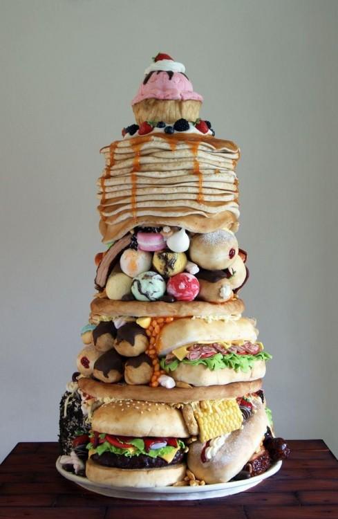 Pastel creativo en forma de torre con diferente comida