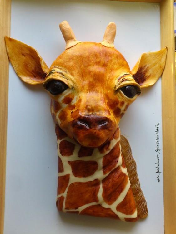 Pastel creativo con forma de la cabeza de una jirafa