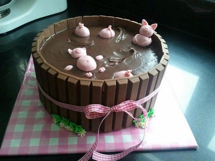 Pastel creativo en forma de cerdos en el lodo