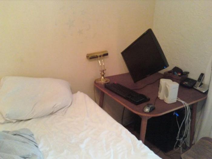 computadora puesta en un escritorio de lado