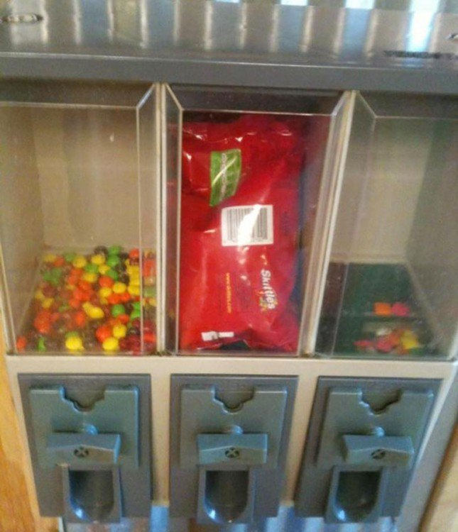 bolsa de dulces Skittles dentro de un dispensador de dulces