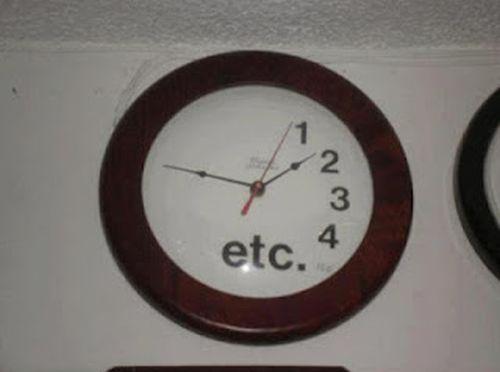 reloj de pared al que le faltan números