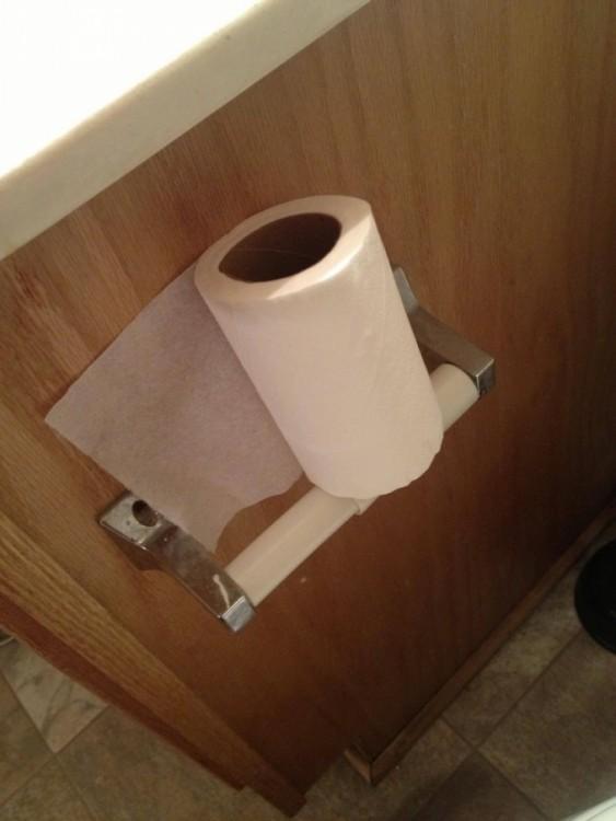 Rollo de papel higiénico sobre la base donde se coloca