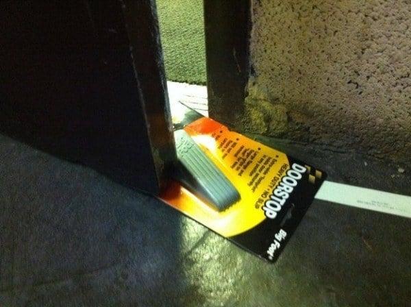 Sostenedor de puerta dentro de su empaque agarrando la puerta para que no se cierre