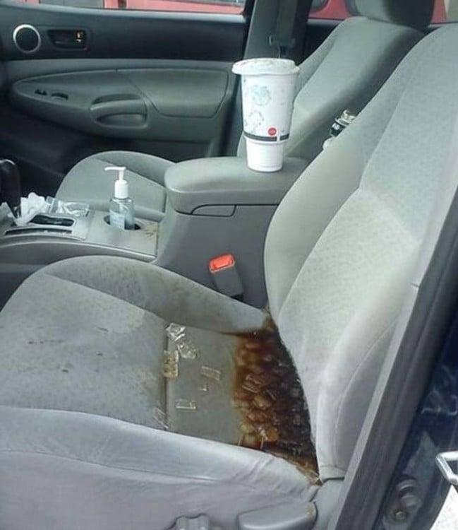 Asiento de un coche con refresco con hielos encima