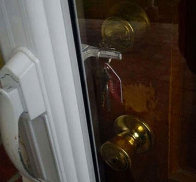 fotografía de unas llaves dentro de la chapa atoradas en la manija de otra puerta