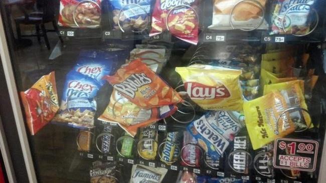 Productos atorados en la maquina expendedora de dulces