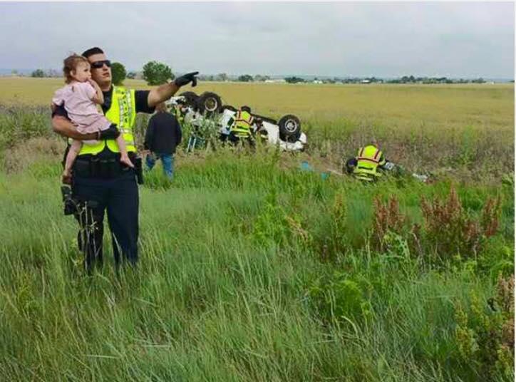 Policía distrae a una niña en accidente donde su padre murió