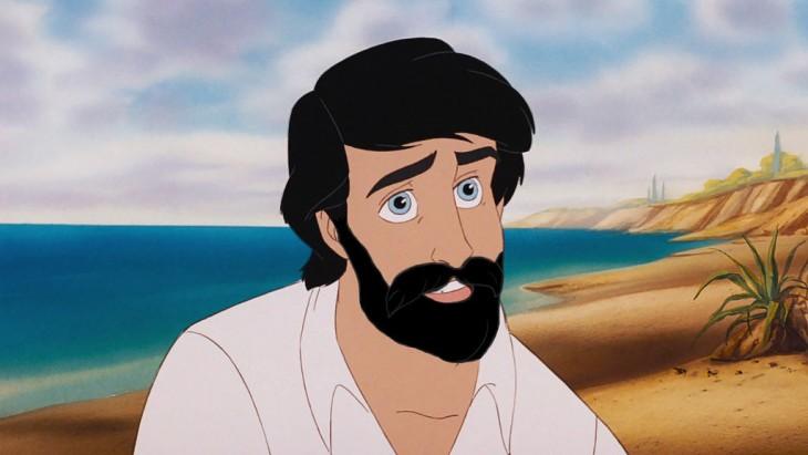 Príncipe Eric de la película La Sirenita con barba a la orilla de la playa