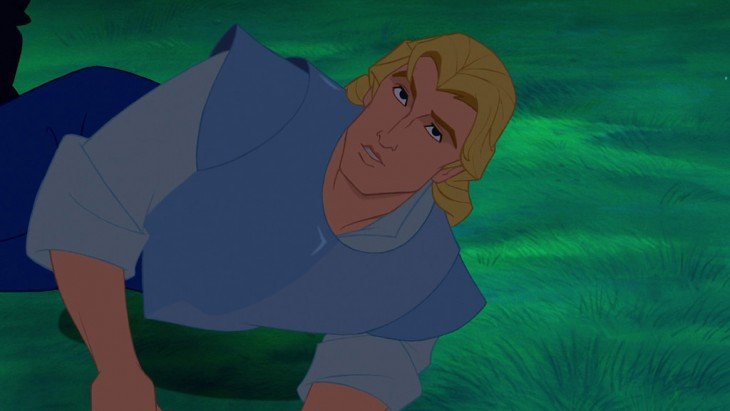 John Smith en Pocahontas sin barba acostado en el césped