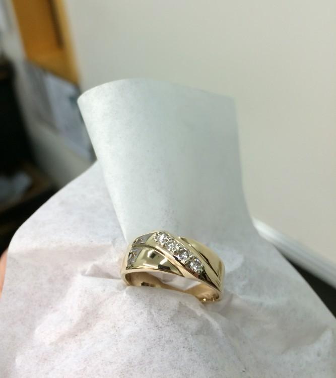 Anillo dorado con piedras sobre un pañuelo blanco