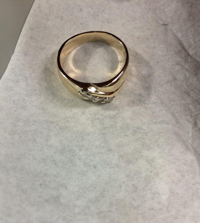 Un anillo reconstruido sobre un pañuelo