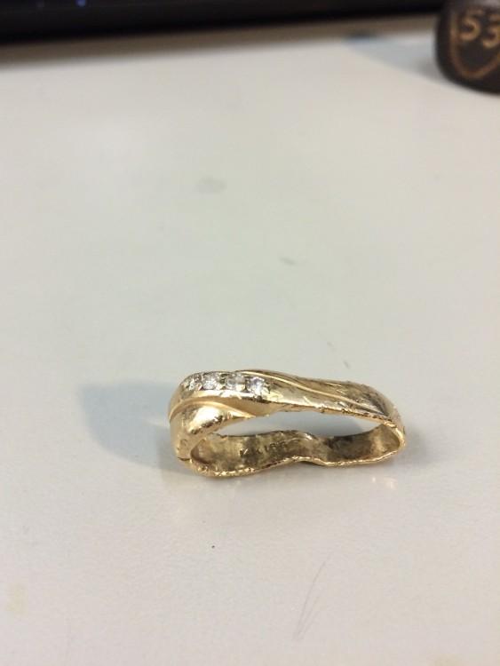 fotografía de un anillo doblado