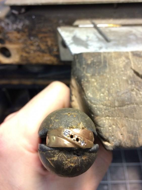 Reconstrucción de anillo que cayó a la basura