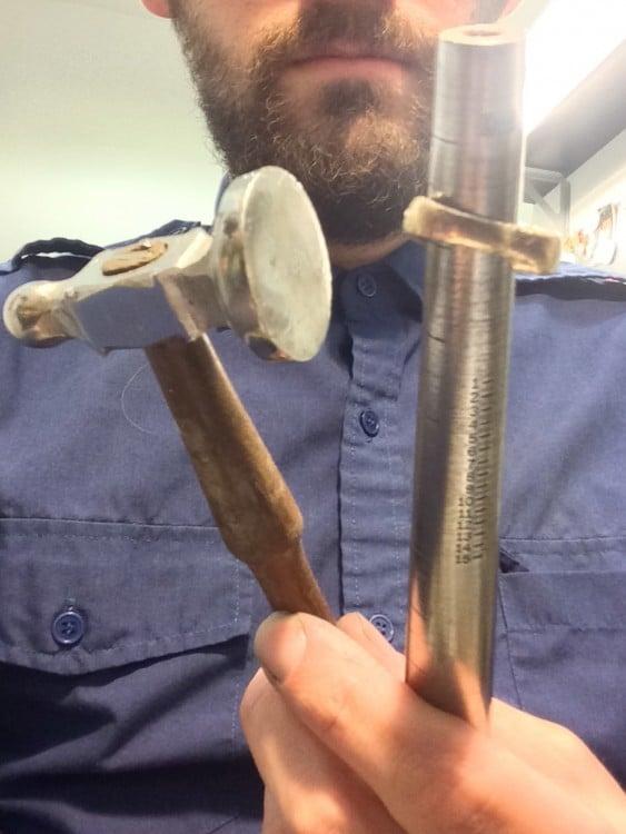 Martillo y cilindro de metal para darle forma a un anillo