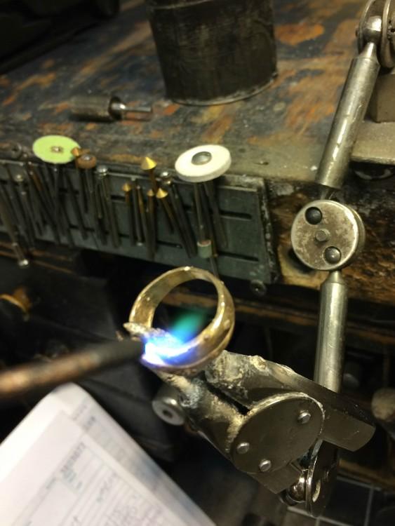 Reconstrucción de un anillo colocando oro de 14 quilates para dar más fuerza