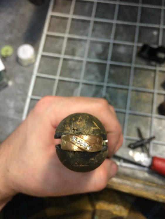 Reconstrucción de anillo que cayó a la basura con piedras nuevas