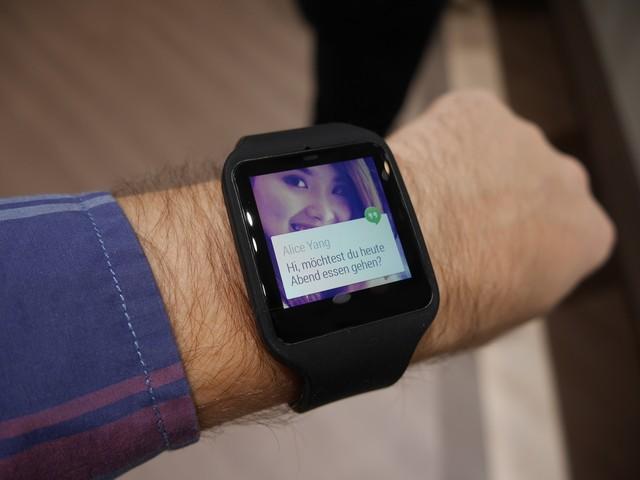 Smartwatch puesto en la muñeca de un hombre